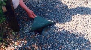 ザバーンは砂利の下であれば半永久的です。